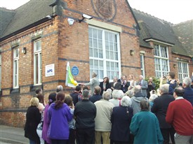 Photo:Arthur Mee's nephew, Alan Mee unveils the Plaque