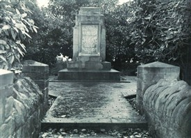 Photo:The monument at Thompson's Mound